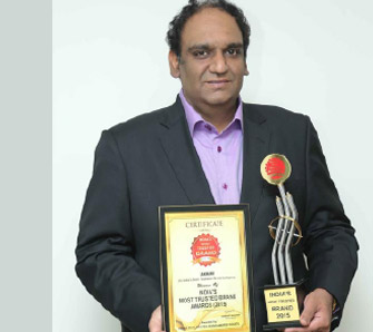 Mr. Gunjan Lakhani received the India's Most Trusted Brand Award 2015 in Footwear Category